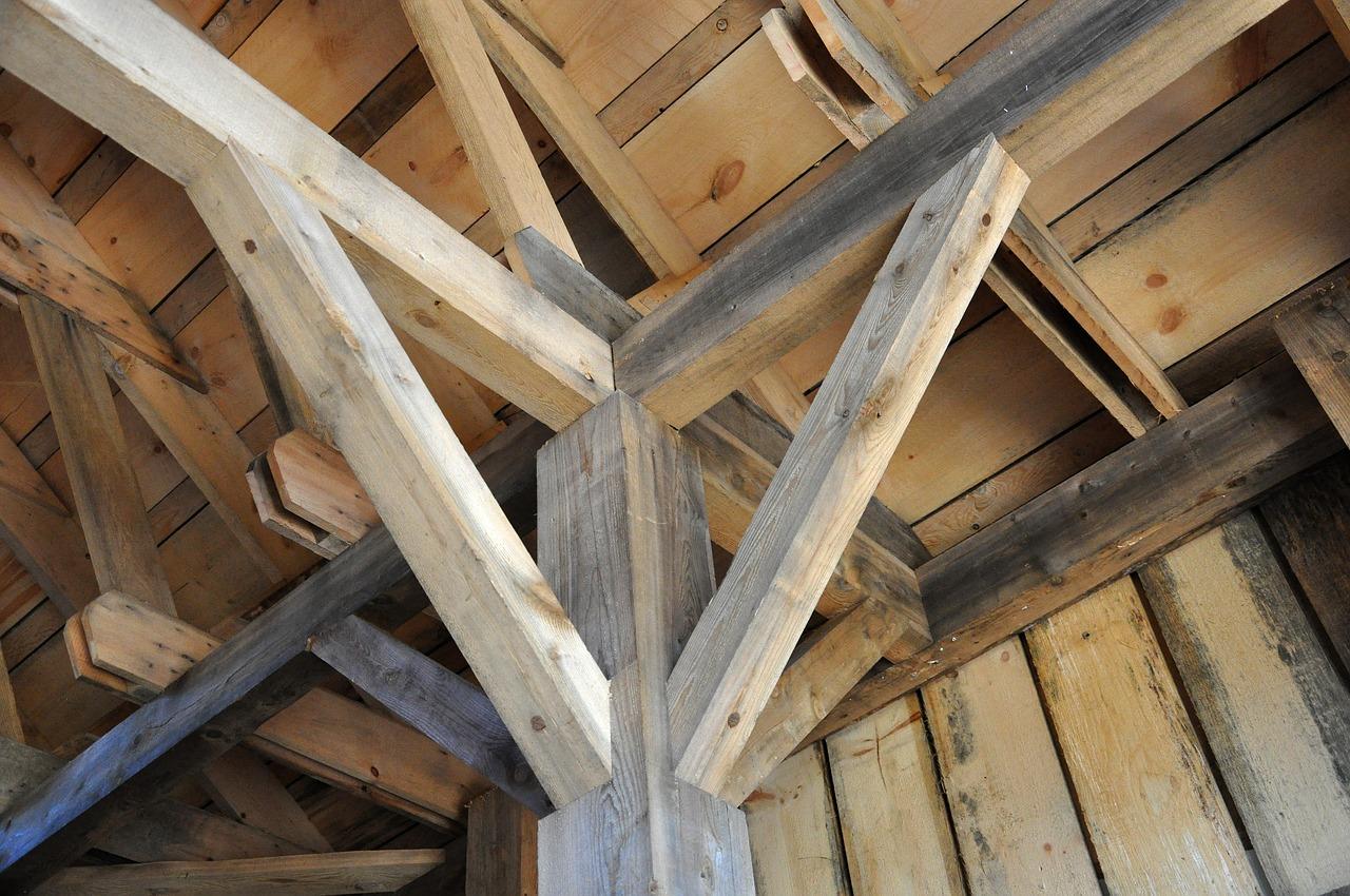 Podbitka dobrej jakości. Drewniana podbitka świerk skandynawski, lakierobejca do podbitki