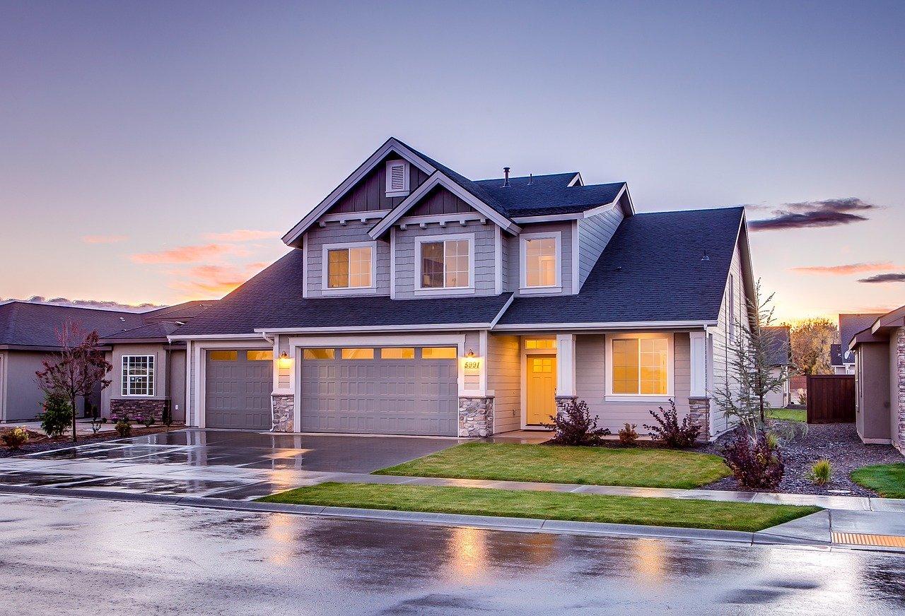 Jak wybrać i zamontować sekcyjne drzwi garażowe?